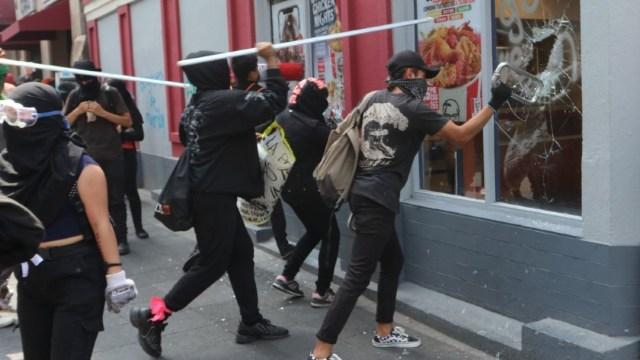 Foto: AMLO condena destrozos durante protesta del lunes en CDMX