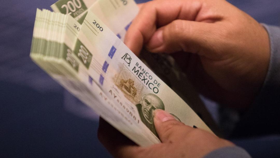 Una persona cuenta varios billetes de 200 pesos mexicanos. (Foto: Cuartoscuro/archivo)
