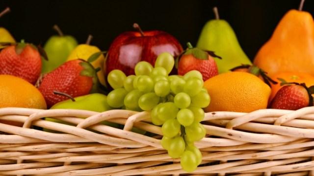 cesta frutas manzana uvas peras