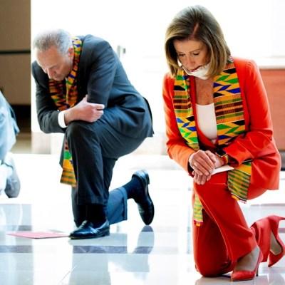 Demócratas se arrodillan en el Congreso en honor a George Floyd