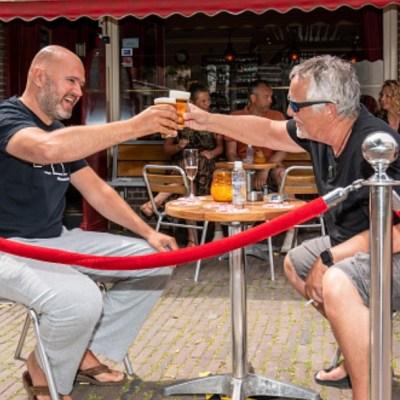 Dos hombres toman cerveza en un bar de Holanda. Getty Images