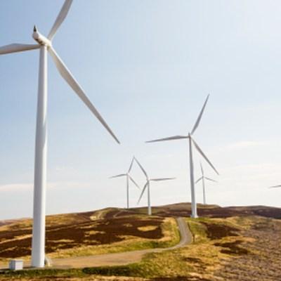 Juez suspende política energética de México que limita la energía renovable