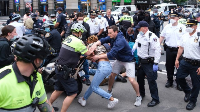 Foto: Manifestantes desafían toque de queda en EEUU, pero disminuye violencia