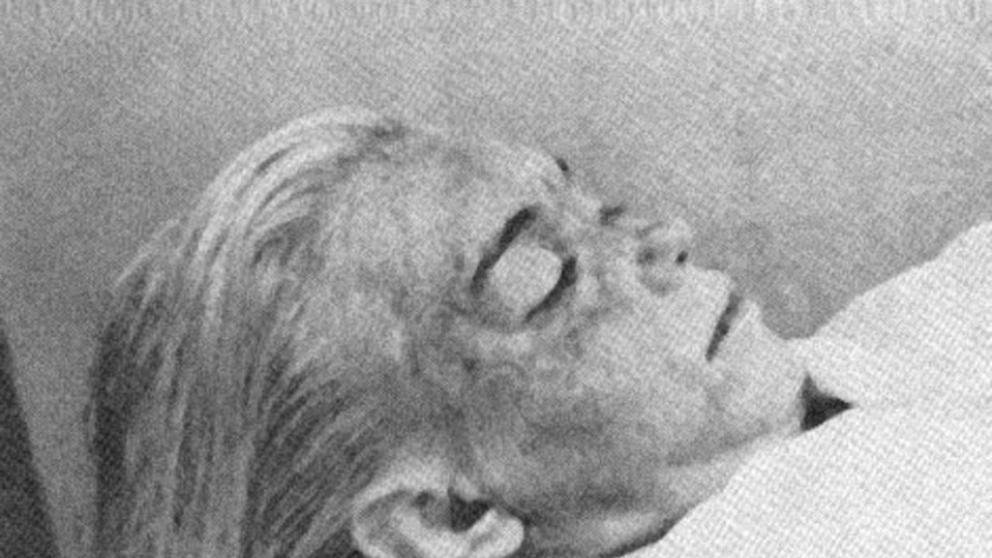 Fotografía de Marilyn Monroe muerta en la morgue