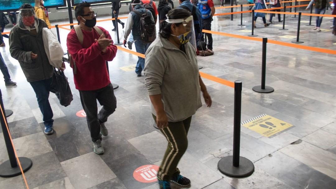 mujer-con-careta-camina-en-metro-cuatro-caminos