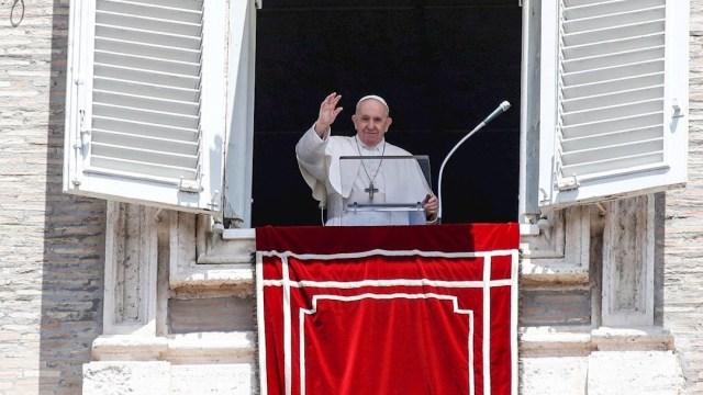 El papa Francisco dirigiendo la oración del Ángelus desde la ventana del Palacio Apostólico. (Foto: EFE)