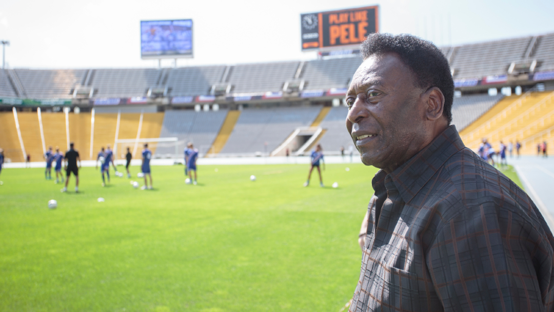La leyenda del fútbol Pelé visita el Estadio Olímpico de Barcelona. (Getty Images/archivo)
