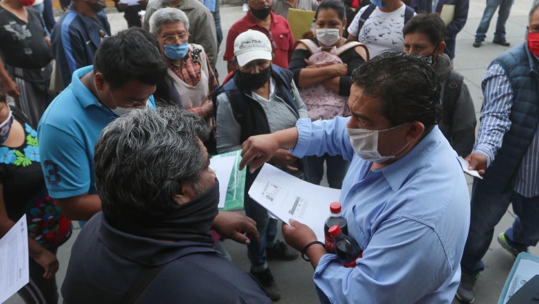 Personas en México haciendo solicitud de empleo.