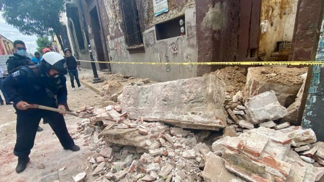 policia-oaxaca-recoje-escombros-por-sismo-magnitud-7-5