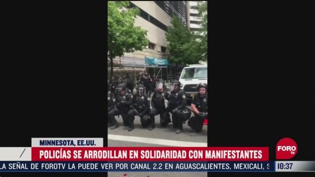 FOTO: policias se arrodillan en senal de apoyo a manifestantes en eeuu