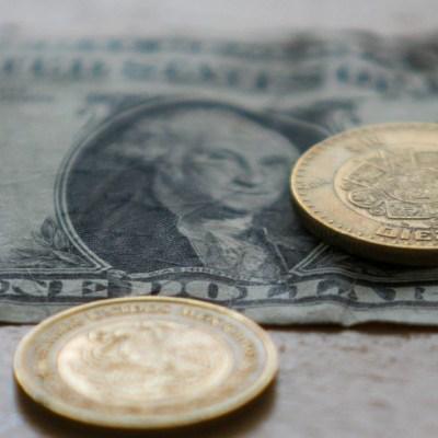 Peso mexicano opera con leve pérdida en espera de datos económicos
