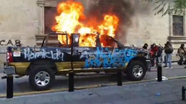 Manifestantes queman una patrulla de la Policía de Guadalajara. Captura de pantalla