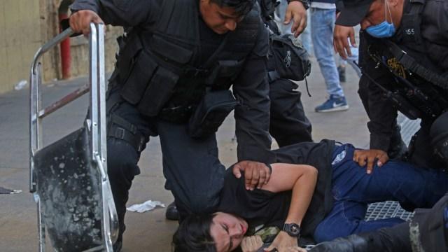 Manifestantes detenidos durante las protestas en Guadalajara por el asesinato de Giovanni López. (Foto: Cuartoscuro)