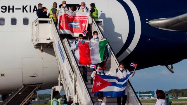 Regresan a Cuba médicos que combatieron COVID-19 en Italia