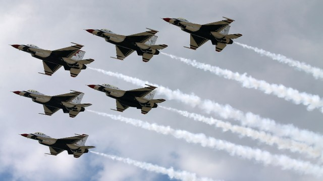Thunderbirds de la Fuerza Aérea de los Estados Unidos, intercepta cuatro aviones rusos cerca de Alaska
