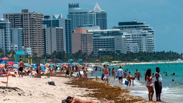 Tras cierre por COVID-19 reabren playas en Miami, Florida