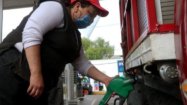 Una mujer despacha gasolina en la CDMX. Cuartoscuro