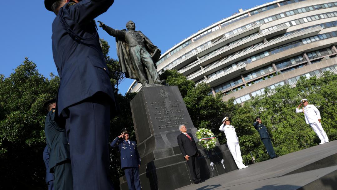 El presidente López Obrador en el monumento a Benito Juárez en Washington