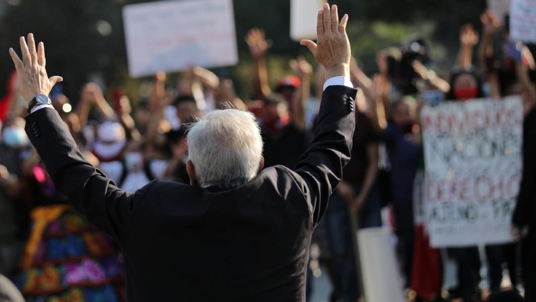 AMLO saluda al poco más de un centenar de mexicanos congregados.