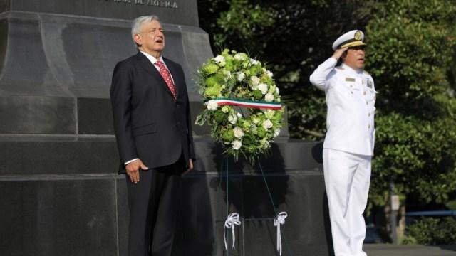 AMLO visita monumento a Benito Juárez en Washington; deposita ofrenda floral
