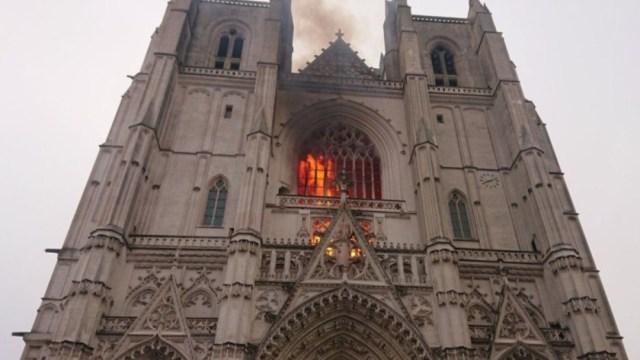 Arde la Catedral de Nantes, en Francia; autoridades sospechan que incendio fue provocado