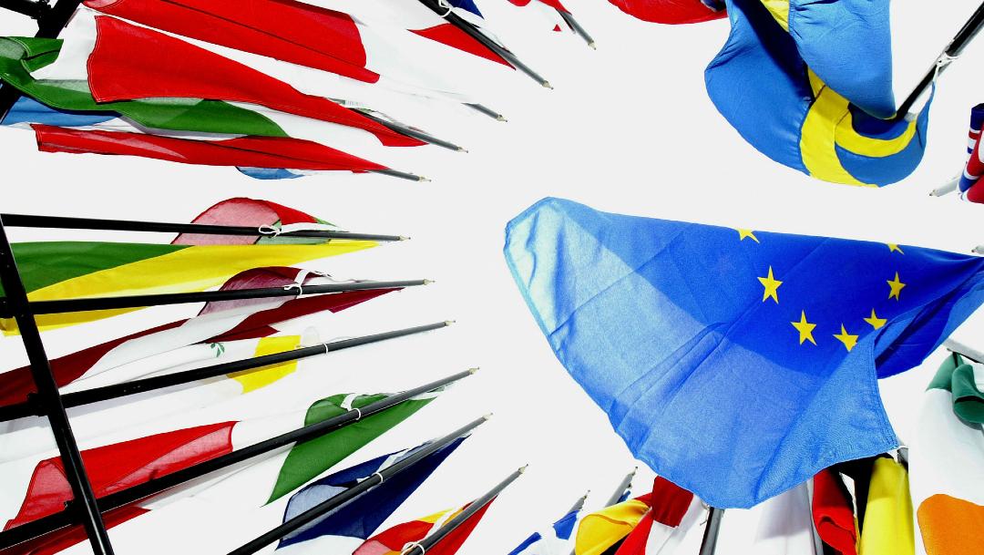 Banderas de la Unión Europea, países de la Unión Europea reabren fronteras sin orden