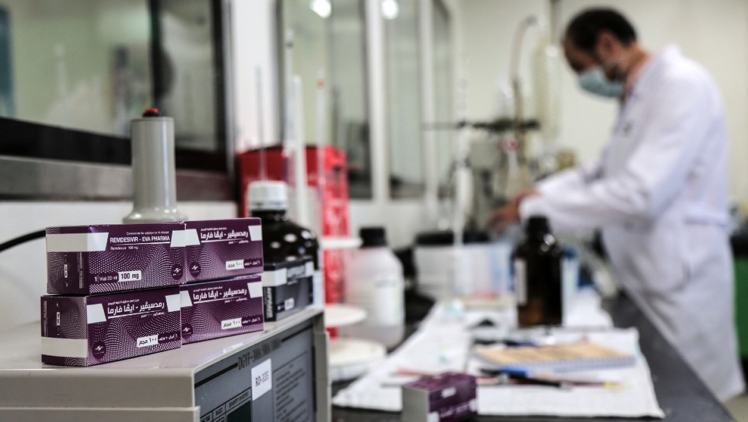 Cajas de remdesivir en laboratorio en Egipto. Unión Europea autoriza uso de remdesivir