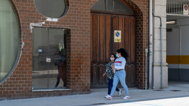 Personas usando cubrebocas en calles de España