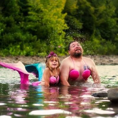Papá e hija se disfrazan de sirenas para sesión de fotos por su cumpleaños