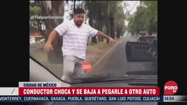 conductor se baja a golpear el carro con el que choco