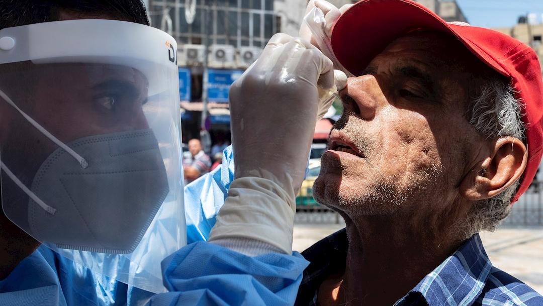 Un médico jordano realiza una prueba de coronavirus COVID-19, frente a la mezquita Husseini