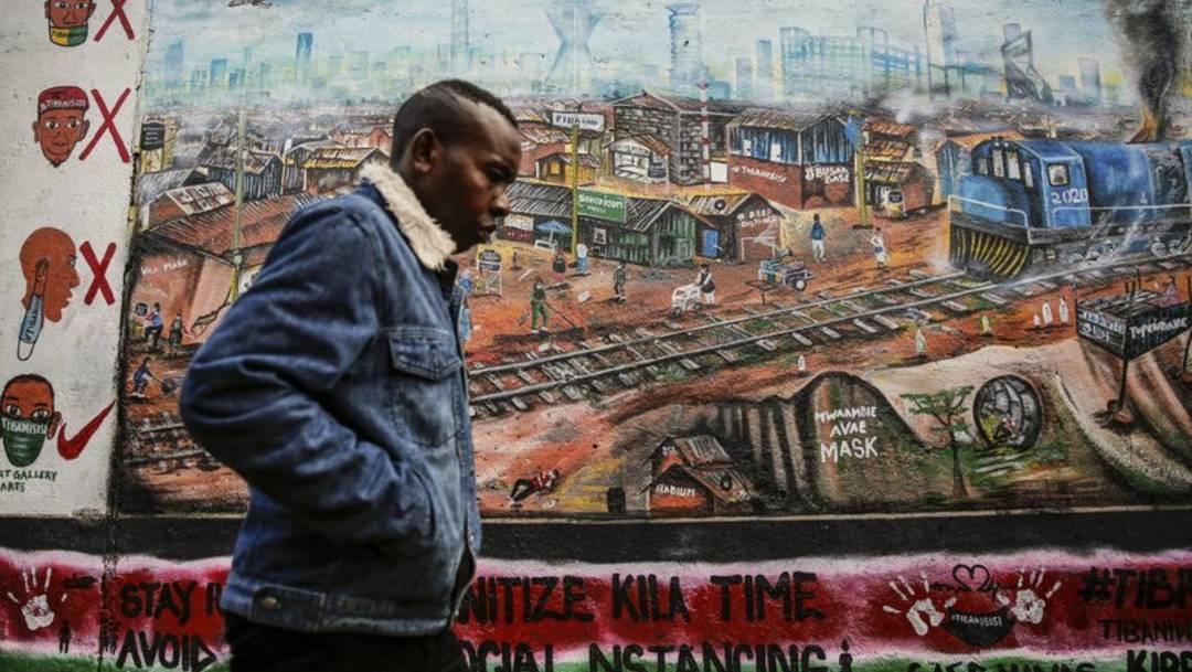 Un hombre frente a un cartel con recomendaciones sobre el coronavirus, en Nairobi, Kenia, el 8 de julio del 2020