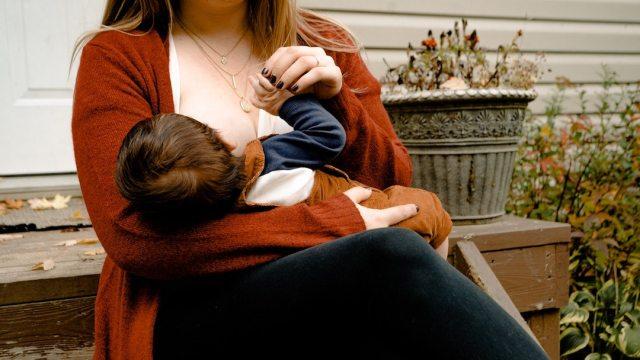 Madre Da Leche Materna A Bebé, Foto