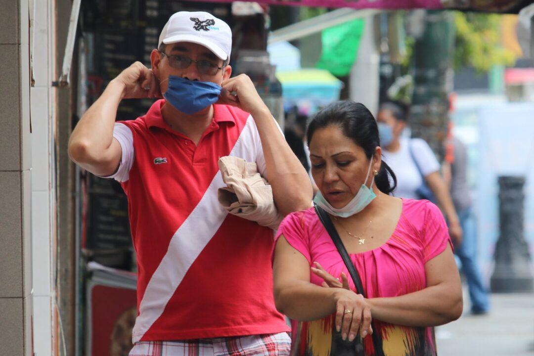 Proponen multas por escupir en la calle en CDMX
