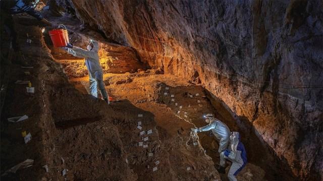 Fotografía que muestra a expertos investigando la cueva del Chiquihuite en el estado de Zacatecas