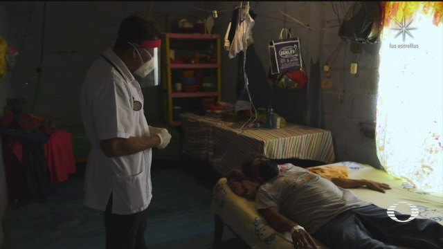 Doctor atiende a pacientes con COVID en consultorio privado en Chiapas