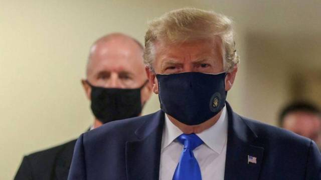 El presidente de EEUU, Donald Trump, usa una mascarilla mientras visita el Walter Reed National Military Medical Center, en Bethesda, Maryland, el 11 de julio de 2020