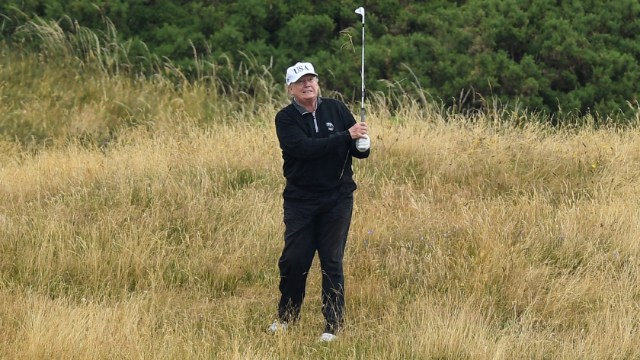 El presidente Donald Trump juega golf en el Trump Turnberry Luxury Collection Resort