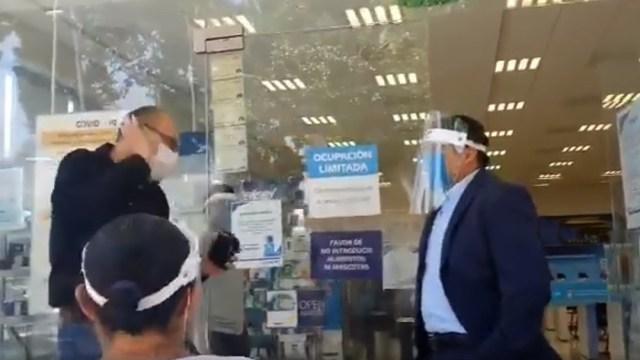 Hombre discutiendo con gerente de centro de atencion a clientes