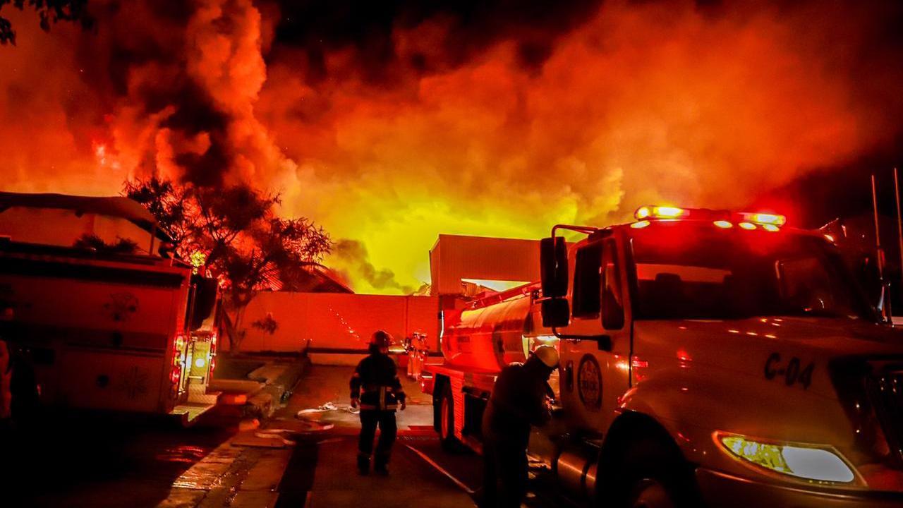 Fuerte incendio consume zona industrial CIVAC de Cuernavaca, Morelos