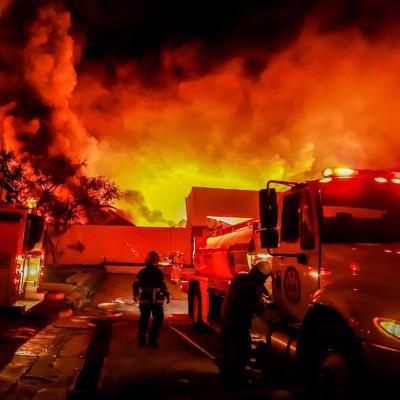 Fuerte incendio consume fábrica de cosméticos en CIVAC, Morelos