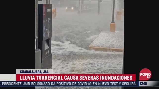 fuerte lluvias causo inundaciones y danos a vehiculos en guadalajara