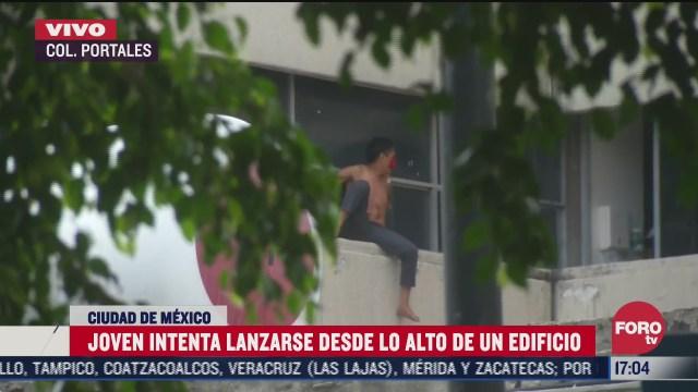 FOTO: 11 de julio 2020, hombre intenta lanzarse desde lo alto de un edificio en la colonia portales