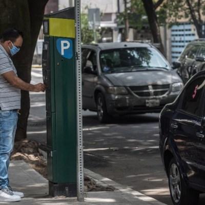 Hombre pagando parquímetro en CDMX; regresa el cobro de parquímetros en semáforo naranja