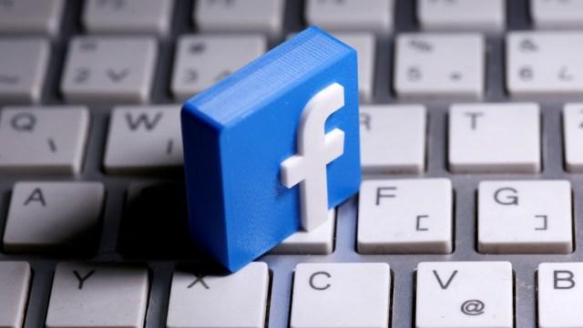 Logo de Facebook sobre un teclado de computadora