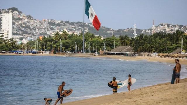 Mexicanos, sin miedo al coronavirus, salen del confinamiento
