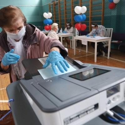 Mujer en Rusia votando en plebiscito sobre reformas constitucionales