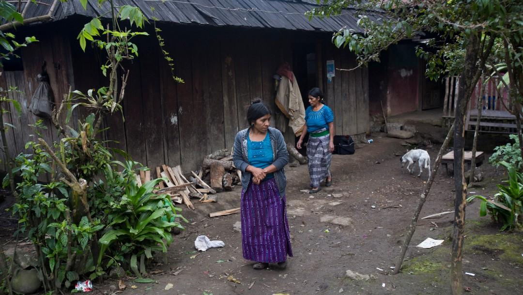 Mujeres en vivienda pobre en Guatemala