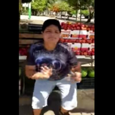 Video: Con baile hilarante, niño promociona su puesto de frutas