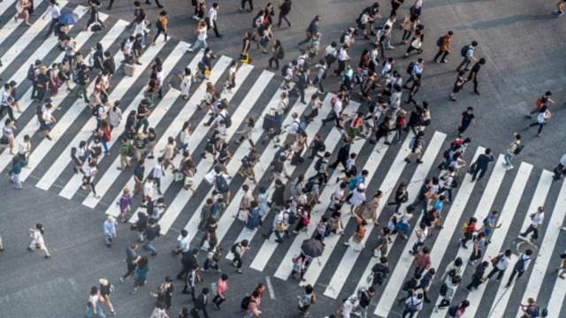 personas-caminan-en -una calle-poblacion-caera-2050